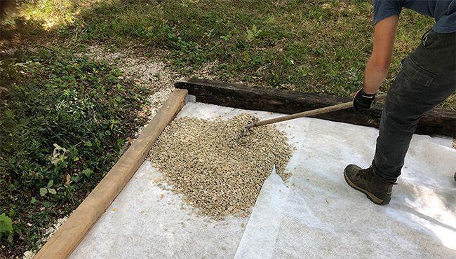 Du gravier sur un terrain de pétanque avec géotextile.