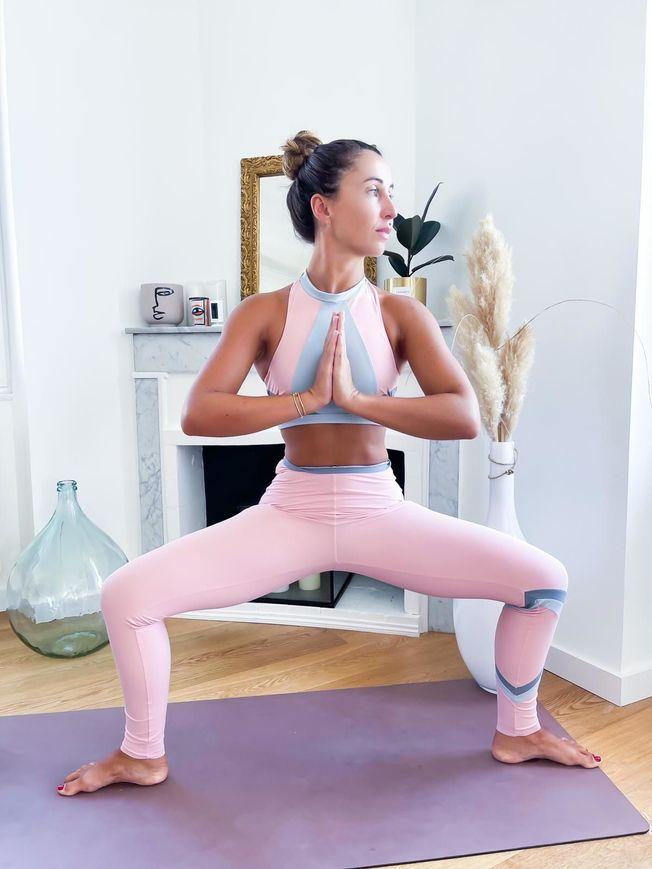 La posture de yoga de la déesse.