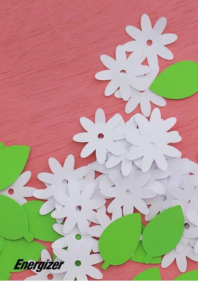 Une guirlande lumineuse avec des fleurs en papier.