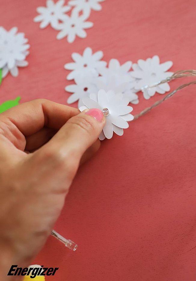 Une guirlande avec des fleurs en papier tuto