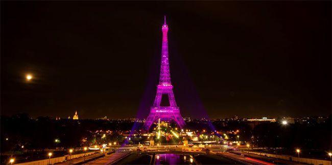 La Tour Eiffel rose contre le cancer du sein.