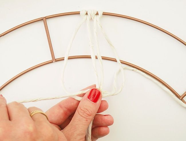 Un noeud de macramé à droite.