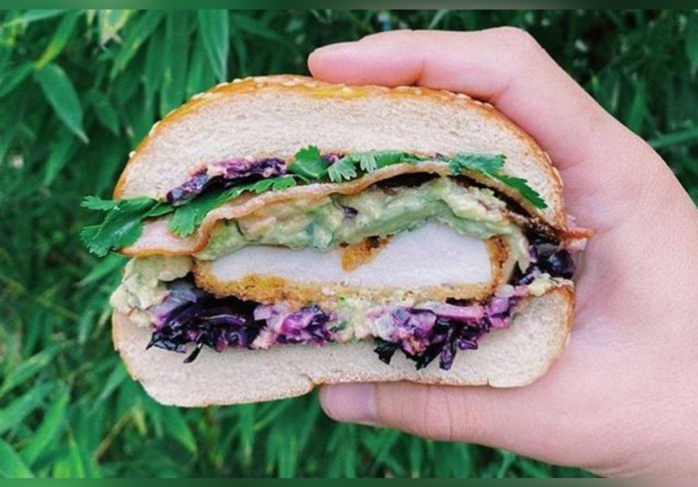 Cette recette de burger à l'avocat et au poulet est à tomber… Signée Diego Alary de Top Chef, elle affole les fins gourmets