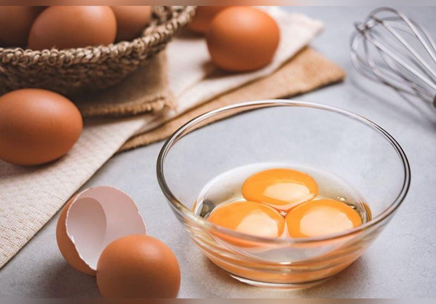 Cette astuce ultime pour casser un œuf crée le buzz… Elle évite d'avoir des morceaux de coque dans le blanc et le jaune