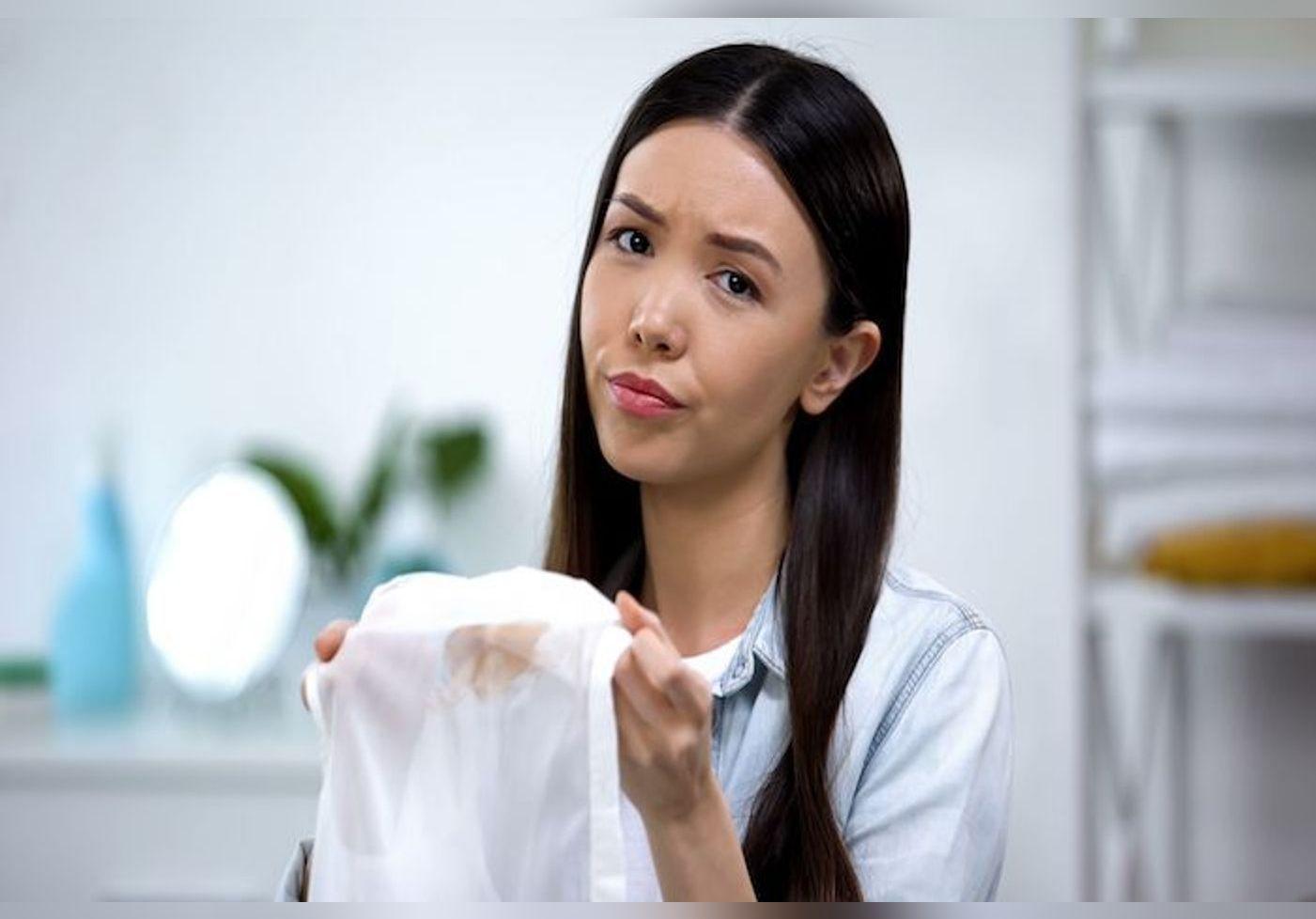 Ces astuces vous aideront à ôter les taches de fond de teint sur vos vêtements