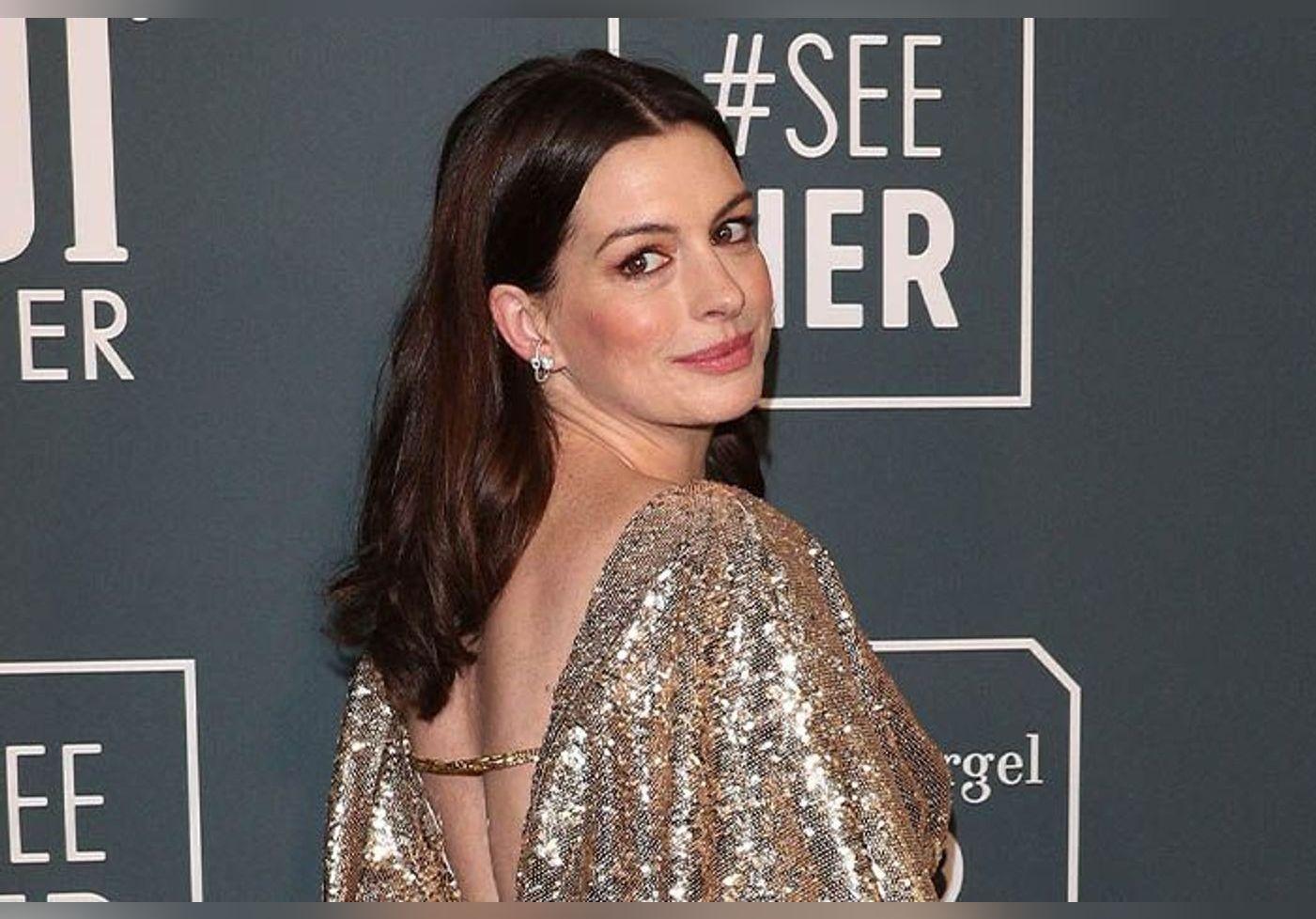 3 manières de reproduire le look seventies d'Anne Hathaway sur le tournage de la série WeCrashed