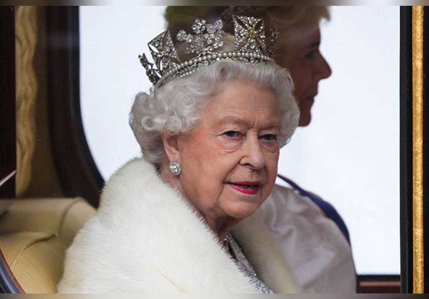 Insolite : à 95 ans la reine Elizabeth II utilise une épée pour couper un gâteau… Plus pratique qu'un couteau ?