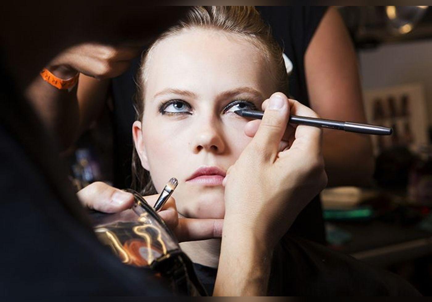 Cette façon d'appliquer l'eyeliner crée le buzz… Le reverse cat-eye est la tendance de l'été pour intensifier le regard