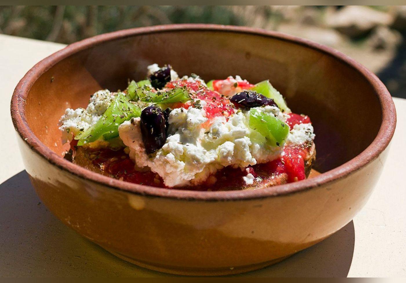 Julie Andrieu nous fait découvrir la salade crétoise et fait voyager nos papilles. Une recette idéale pour la saison à tester d'urgence
