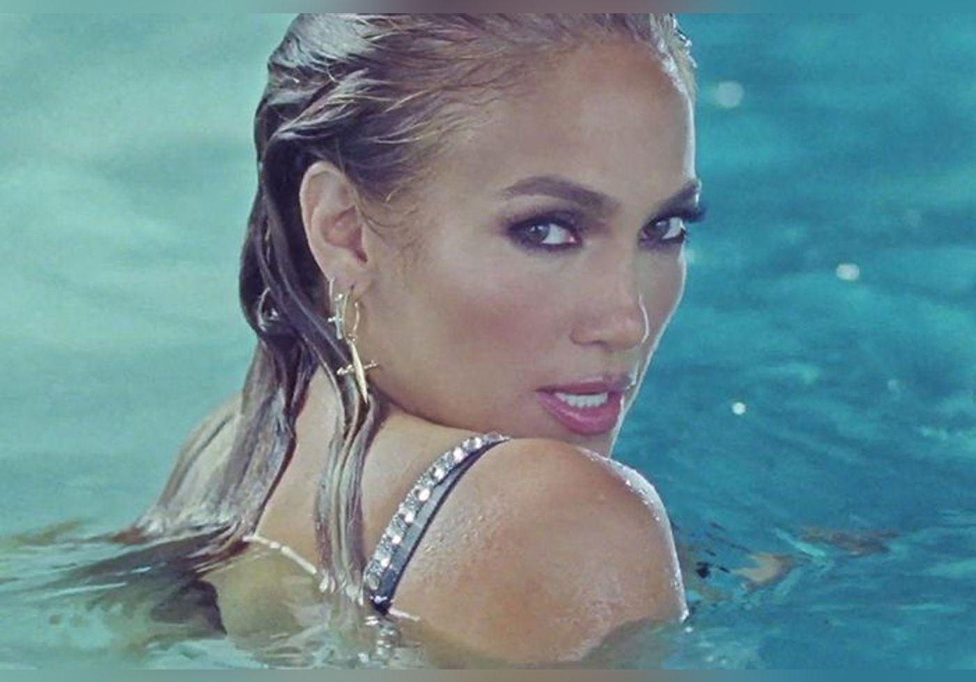 Jennifer Lopez : sexy en bikini pour ses 52 ans… Elle dévoile sa silhouette tout en embrassant Ben Affleck, photos