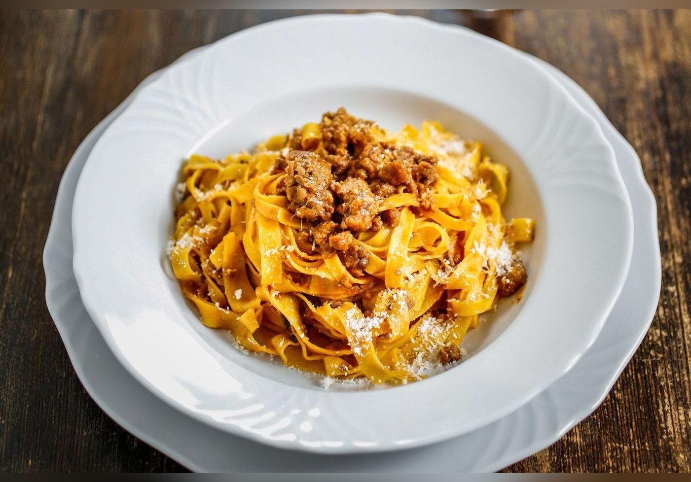 Denny Imbroisi dévoile son incroyable recette de pâtes au ragù blanc et nous emmène direction l'Italie