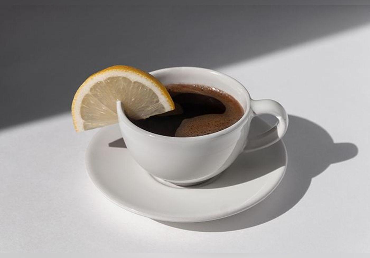 Mélanger du jus de citron et du café pour perdre du poids ? Cette boisson « miracle » crée le buzz et attire l'attention des scientifiques