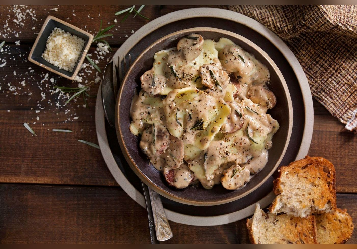 Philippe Etchebest dévoile le secret de son « plat signature », les ravioles aux champignons. Une recette facile à réaliser et incroyablement gourmande.