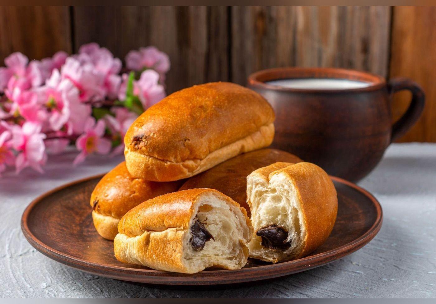 Sa recette de pains au lait fourrés au chocolat nous ramène en enfance. Un goûter régressif ultra gourmand