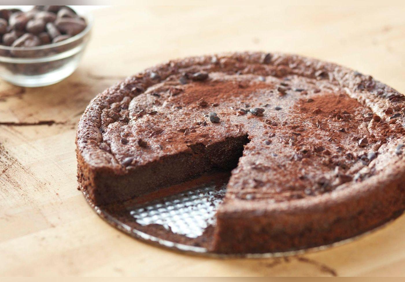 Il réalise un gâteau avec seulement trois ingrédients. Sa recette, sans sucre, œuf ou farine va vous bluffer.