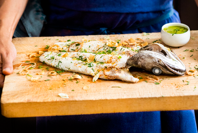 Merlu rôti à l'ail à la sauce chimichurri