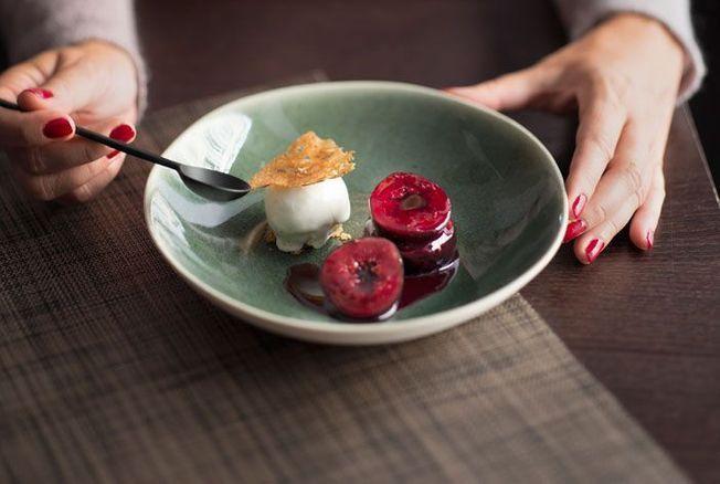 Figues pochées à la sangria, sorbet au yaourt grec d'Hélène Darroze