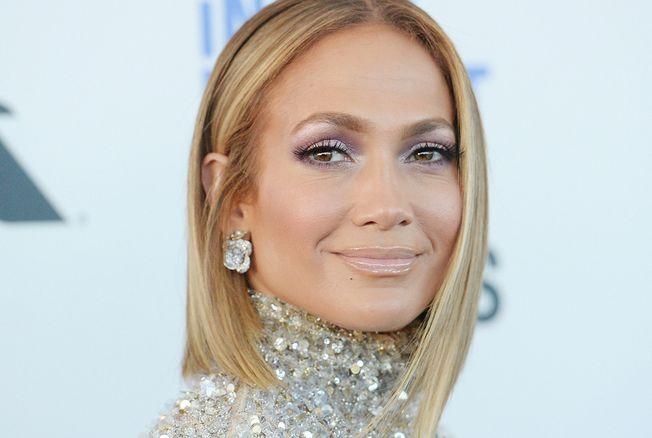 Jennifer Lopez : des abdos en béton et un corps d'athlète à 50 ans !