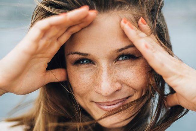 Anti-âge : l'astuce pour mettre de la crème solaire par dessus le fond de teint sans se démaquiller