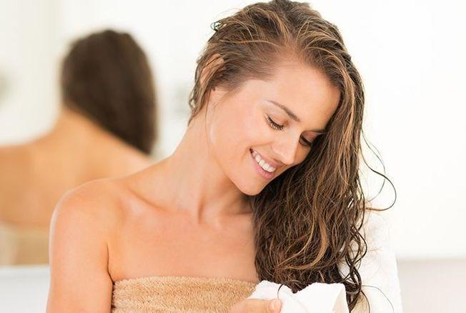 Voici pourquoi il ne faut pas dormir les cheveux mouillés ni aller au lit sans les avoir séchés