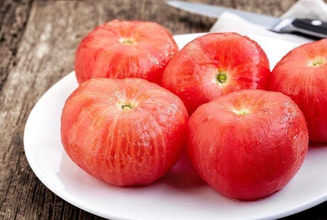 Cette astuce étonnante permet de peler une tomate rapidement sans la plonger dans l'eau bouillante