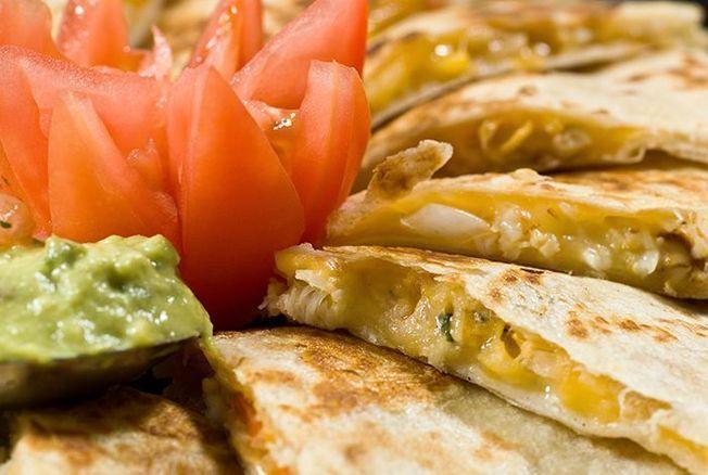 Cette astuce permet de réaliser de délicieuses quesadillas au fromage fondu en un tour de main et on n'y aurait jamais pensé