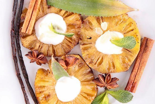 """Cyril Lignac dévoile sa recette des ananas rôtis à la vanille coco, un dessert facile très """"gourmand croquant"""""""
