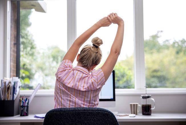 Mal de dos et télétravail : 5 exercices de yoga anti-lombalgie à réaliser à son bureau