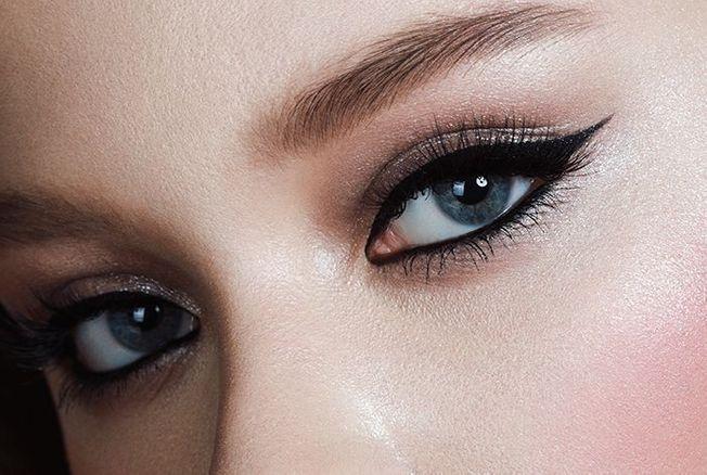 Ne jetez plus votre eyeliner sec ou usé ! Cette astuce de recyclage permet de le ressusciter pour maquiller les yeux d'un cat-eye