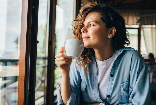 Boire du café l'après-midi empêche-t-il vraiment de dormir ? L'avis d'une neuroscientifique spécialiste du sommeil